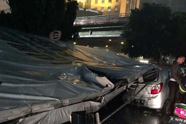 Mobil tertiban billboard di Jakarta.