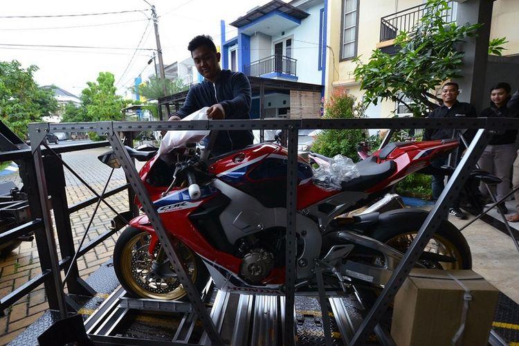 Dile Honda, Wahana Makmur Sejati (WMS), mengantarkan big bike CBR1000RR SP kepada pemilik pertama yang terdaftar di Indonesia, Fadillah Ichsani, Jumat (9/2/2018).