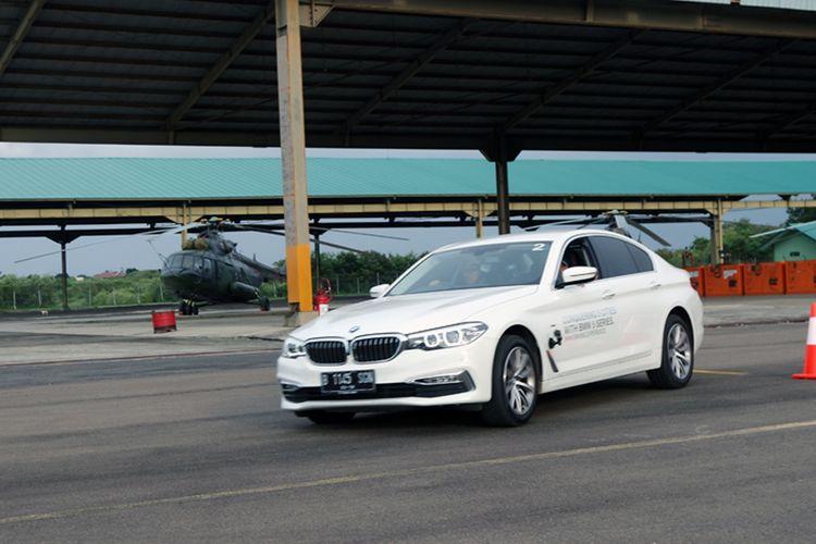 BMW 520i (G30) menunjukan gerakan atletis di Bandar Udara Ahmad Yani, Semarang.