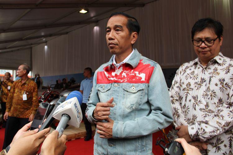 Presiden RI Joko Widodo di IIMS 2018, didampingi Menteri Perindustrian Airlangga Hartarto.