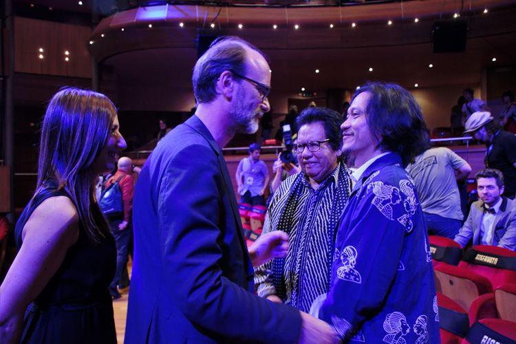 Ketua Panitia Far East Film Festival di Kota Udine, Italia, Sabrina Barachetti dan Thomas Bertacche memberikan ucapan selamat kepada Sutradara film Night Bus Emil Heradi.