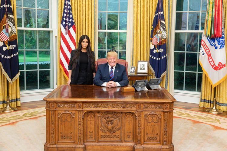 Kim Kardashian mengenakan pakaian simple serba hitam,dengan loose-fitting jacket yang dipadukan dengan baju berkerah bulat, serta celana panjang longgar. Satu yang menjadi perhatian lebih adalah sepatu berhak tinggi dengan potongan rendah di bagian depan (pump) berwarna cerah menyala (tak terlihat di gambar).