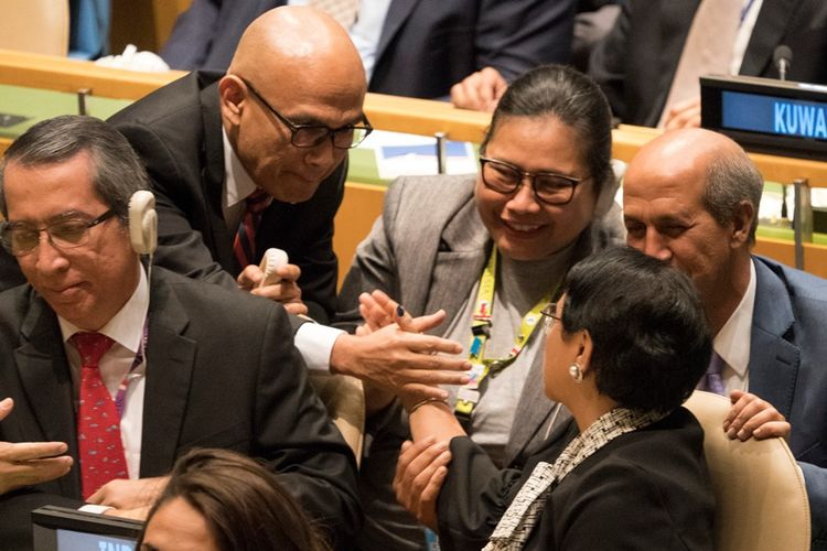Anggota delegasi Indonesia dalam pemungutan suara Majelis Umum PBB usai terpilih menjadi salah satu anggota sementara Dewan Keamanan, di New York, Jumat (8/6/2018).