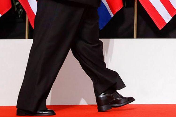 Sepatu yang dikenakan Pemimpin Korea Utara Kim Jong Un saat bertemu dengan Presiden Amerika Serikat Kim Jong Un di Singapura, Selasa (12/6/2018).