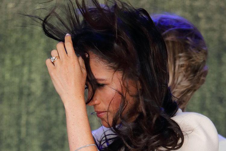 Meghan Markle tertangkap kamera dengan kondisi rambut berantakan akibat tertiup angin.