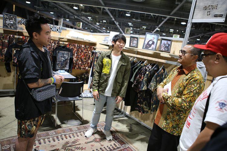 Michael (kiri) dan Niko (tengah) dari Monstore saat menerima kunjungan Konsul Jenderal RI di Los Angeles Simon Soekarno di ajang pameran Agenda Show 2018 di Long Beach, California, Amerika Serikat.