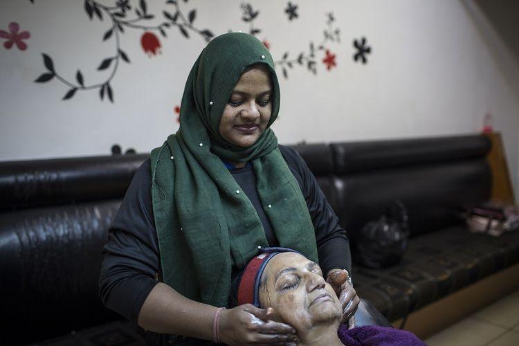 Terapis kecantikan Tasleema Khalifa melakukan perawatan wajah menggunakan produk pemutih di sebuah salon kawasan Johannesburg (3/7/2018). Terapi memutihkan kulit saat ini sedang tren di Afrika sehingga memaksa pemerintah negara di sana untuk melakukan sederet langkah pencegahan.