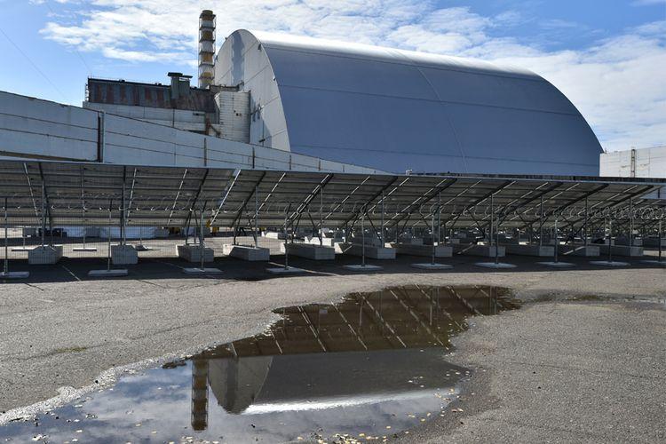 Chernobyl yang kini ditutup sarkofagus tidak berjarak jauh dari pembangkit listrik tenaga surya yang baru.
