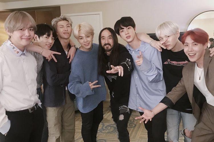 Para member boyband K-pop BTS berfoto bareng produser musik dan DJ asal AS Steve Aoki (kelima dari kiri).