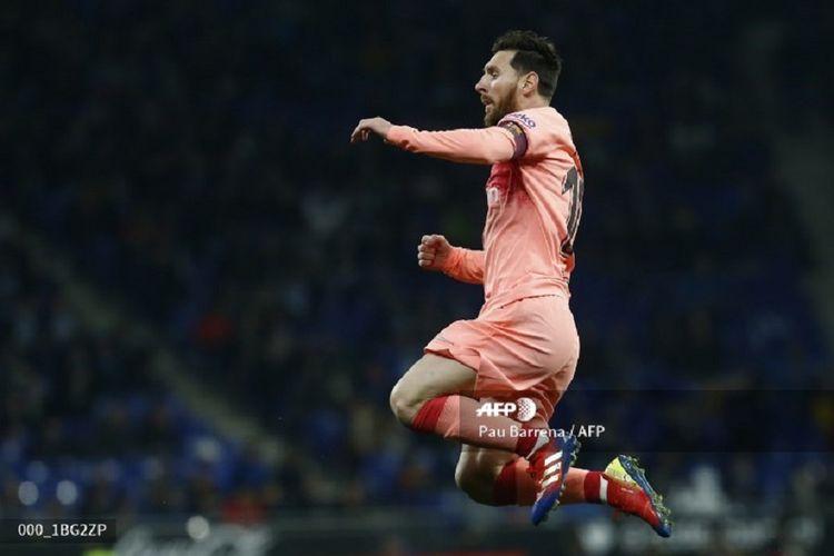 Gaya selebrasi Lionel Messi seusai mencetak gol pada Derbi Catalan, Espanyol vs Barcelona, dalam lanjutan La Liga Spanyol, 8 Desember 2018.