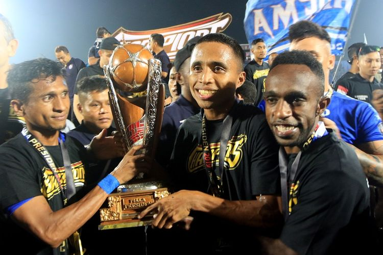 Pemain Arema FC mengangkat Piala merayakan gelar juara Piala Presiden 2019 di Stadioan Kanjuruhan Malang, Jawa Timur, Jumat (12/4/2019). Arema FC berhasil meraih gelar juara setelah mengalahkan tamunya Persebaya Surabaya dengan skor 2-0 pada filal Leg 2. ANTARA FOTO/Budi Candra Setya/pd.