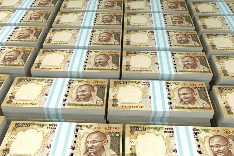 Ilustrasi tumpukan uang rupee India.