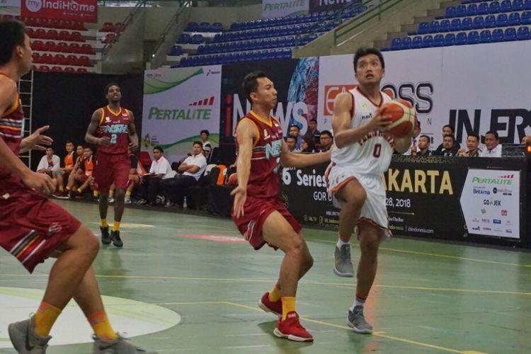 Pamungkas Respati (kaos putih) menjadi penyumbang poin kedua terbanyak untuk Pelita Jaya saat menghadapi NSH Jakarta dalam   Seri VI Indonesian Basketball League (IBL) 2017/2018 . Di laga melawan NSH Jakarta, Pamungkas Respati mencetak 19 poin