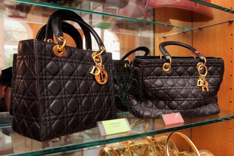Perbandingan tas asli dan palsu Dior di sebuah Museum