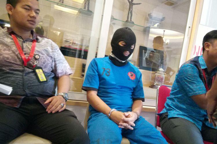 tampak pelaku FS tertunduk lesu. FS ditangkap lantaran menyetubuhi gadis dibawah umur dan menyebarkan rekaman video tersebut.