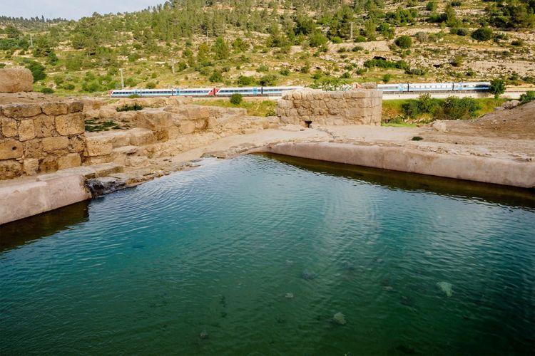 Kolam ini merupakan bagian dari sistem perairan di Ein Hanniya.