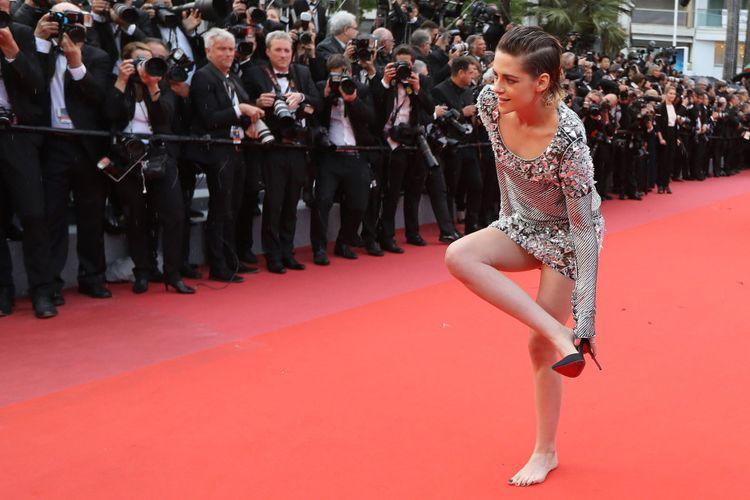Kristen Stewart nyeker saat hadiri Festiv Film Cannes 2018