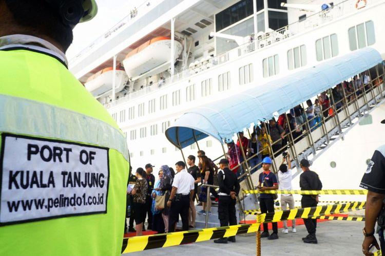 Kapal pesiar MV Superstar Libra sandar di Pelabuhan Kualatanjung milik PT Pelindo I (Persero) di Kabupaten Batubara, Sumatera Utara, Kamis (5/4/2018).