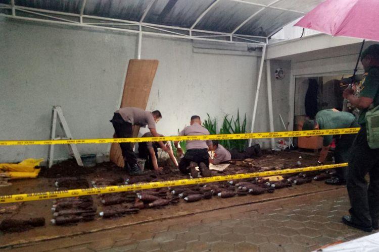 Tim Jibom Polda Jabar tengah melakukan penggalian dan penyisiran di lokasi penemuan benda yang diduga granat mortir. sementara ada 87 granat mortir yang ditemukan tertimbun tanah di halaman rumah warga di Jalan Ir H Djuanda, Kelurahan Dago, Kecamatan Coblong, Kota Bandung.