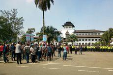 Sopir Angkutan Umum Mulai Berkumpul di Gedung Sate Bandung