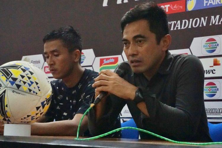 Pelatih PSS Sleman Seto Nurdiyantara dan Pemain PSS Sleman Wahyu Sukarta dalam jumpa pers usai laga melawan Borneo FC