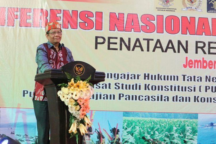 Ketua Asosiasi Pengajar Hukum Tata Negara, Mahfud MD saat memberikan pidato dalam pembukaan Konferensi Nasional Hukum Tata Negara (KNHTN) ke-4 tahun 2017 di Aula Pemerintah Kabupaten Jember, Jawa Timur, Jumat malam (10/11/2017).