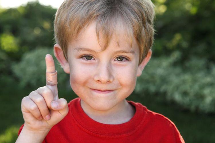 Anak laki-laki dengan luka akibat tergores kertas.