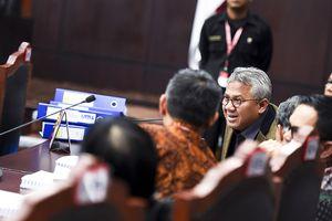 Komisioner KPU kepada Pengacara 02: Tanya Saksi Anda, Bos...