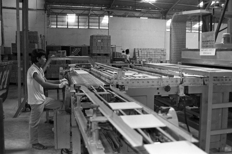 *** Local Caption *** Keramik Produksi Indonesia Sudah Mampu Geser Impor. Pabrik Keramik -- Kegiatan di sebuah pabrik pembuatan keramik di Jakarta. Keramik produksi Indonesia, baik untuk lantai maupun dinding, akhir- akhir ini sudah mampu menggeser produk sejenis impor. Kualitasnya pun  bahkan ada yang sudah mampu bersaing dengan buatan luar negeri. Sedangkan dari segi harga, keramik dalam negeri jauh di bawah harga buatan luar negeri.  Terkait berita dimuat Selasa, Kompas 19-04-1988, 2 Judul Amplop: Pabrik Keramik