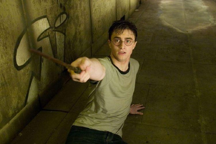 Daniel Radcliffe berperan sebagai Harry Potter dalam film-film Harry Potter.