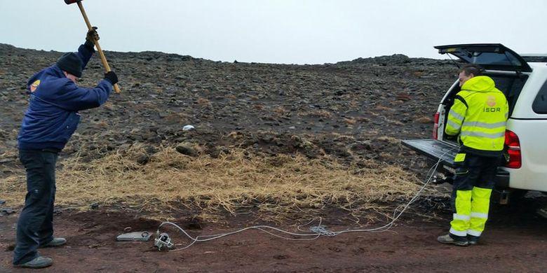 Peneliti GFZ sedang menguji coba reaksi kabel optik dan seismometer di salah satu wilayah Eslandia
