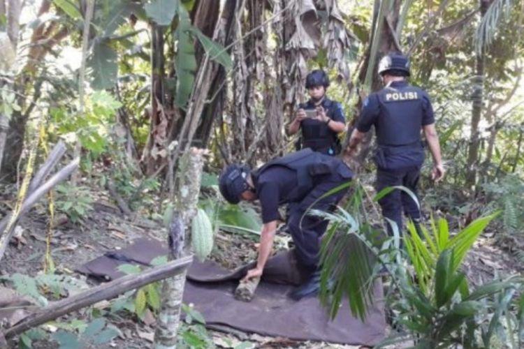 Tim penjinak bom mengambil bom raktan di Desa Paya Dua, Kecamatan Banda Baro, Kabupaten Aceh Utara, Sabtu (10/2/2018)