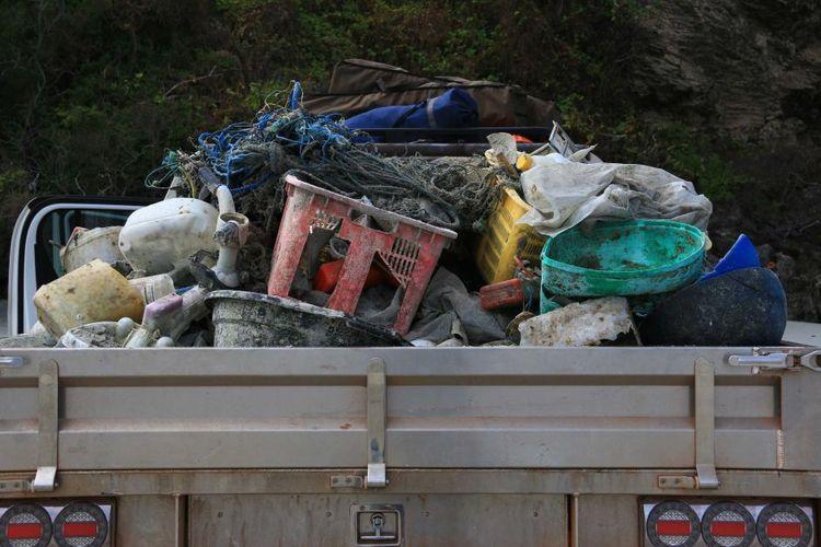 Warga Nhulunbuy sangat te   rkejut dengan banyaknya sampah, dia menghabiskan waktu seharian untuk mengangkut sampah itu dengan mobil truknya.