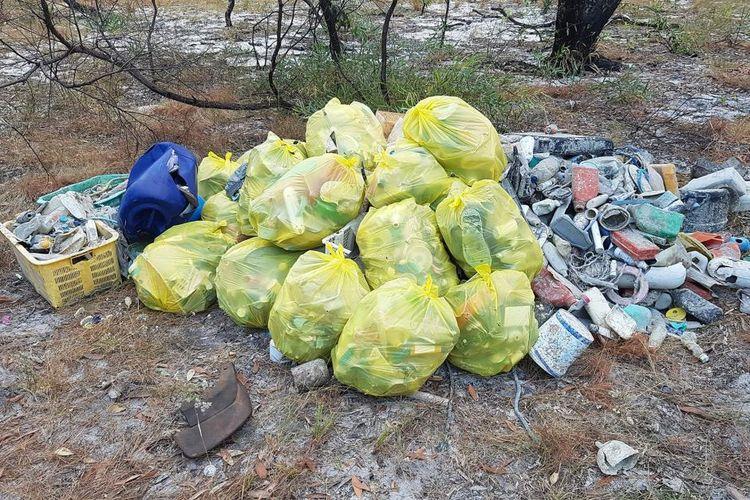 Tumpukan kantong sampah yang dipenuhi limbah domestik seperti sikat gigi, gantungan baju dan plastik keras.