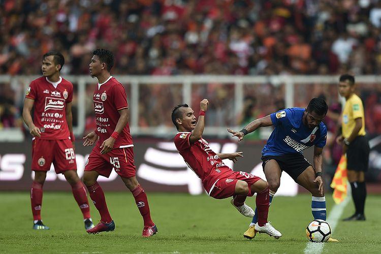 Pesepak bola PSM Makassar Zulham Zamrun (kanan) mendorong pesepak bola Persija Jakarta Riko Simanjuntak (kedua kanan) dalam pertandingan Final Piala Indonesia 2018-2019 leg pertama di Stadion Utama Gelora Bung Karno (GBK), Senayan, Jakarta, Minggu (21/7/2019). Persija Jakarta menang atas PSM Makassar dengan skor 1-0.