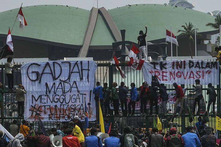 Sejumlah mahasiswa dari berbagai perguruan tinggi di Indonesia berunjuk rasa di depan gedung DPR, Jakarta, Selasa (24/9/2019). Aksi demonstrasi di DPR kembali digelar hari ini sebagai bentuk penolakan segala upaya pelemahan terhadap pemberantasan korupsi serta mendesak pemerintah dan DPR mencabut UU KPK yang sudah disahkan.