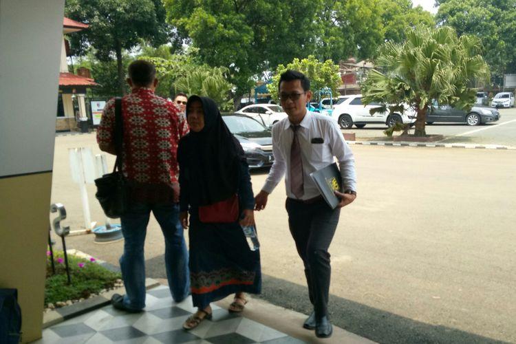 Istri Nuryanto, Meli Rahmawati (33) didampingi pengacaranya, Hermawan datang ke Mapolda Jabar, Kota Bandung, Jawa Barat, Kamis (14/2/2019) untuk membuat laporan dugaan hilangnya Nuryanto pengusaha tekstil asal Baleendah, Kabupaten Bandung.