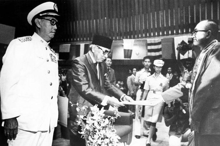 Laksamana Muda TNI-AL (purn.) Jahja Daniel Dharma (John Lie) dan Mohammad Saad Sabtu malam yang lalu menerima piagam penghargaan dari Akademi Maritim Indonesia. Upacara berlangsung di auditorium KONI Pusat, Senayan, sekaligus dengan upacara Dies Natalies ke XVIII AMI, pelantikan mahasiswa baru dan wisuda sarjana muda AMI angkatan XIV (1976/1977) sebanyak 34 orang. Didirikan 1960, AMI kini sudah menghasilkan 639 sarjana muda. Pemberian piagam kepada Jahja D Dharma (67 tahun) dan M Saad (66 tahun) ini didasarkan atas karya dan amal mereka, khususnya dalam pengembangan potensi maritim Indonesia. Dari kiri JD Dharma dan Saad menerima piagam dari CD Ponto, Direktur AMI.