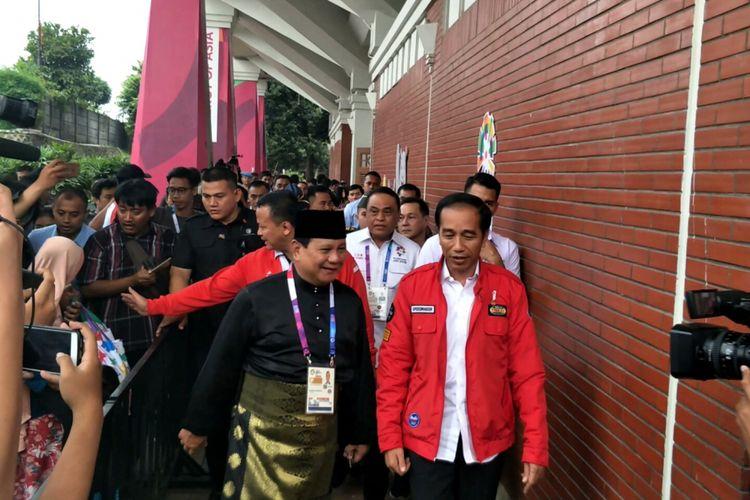 Presiden Jokowi bersama Ketua Umum Partai Gerindra Prabowo Subianto di Padepokan Pencak Silat TMII, Jakarta, Rabu (28/8/2018)