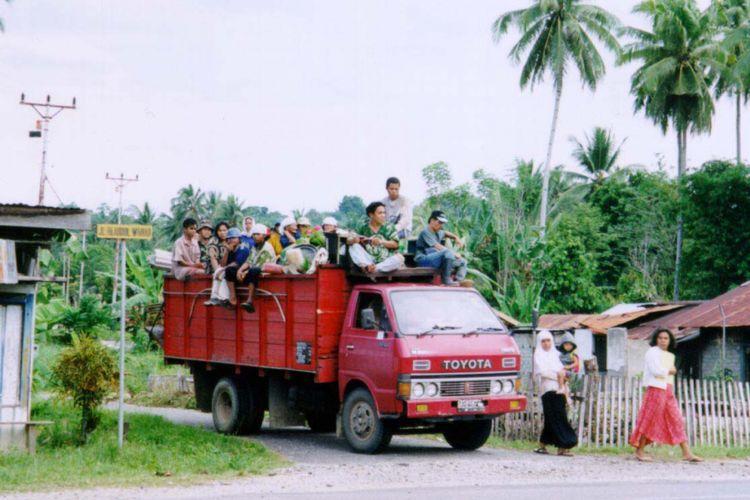 Kerinduan untuk kembali ke tempat asal membuat para pengungsi asal Poso rela berdesak-desakan untuk mempersiapkan kembali rumah-rumah mereka yang rusak dan ditinggalkan selama konflik.