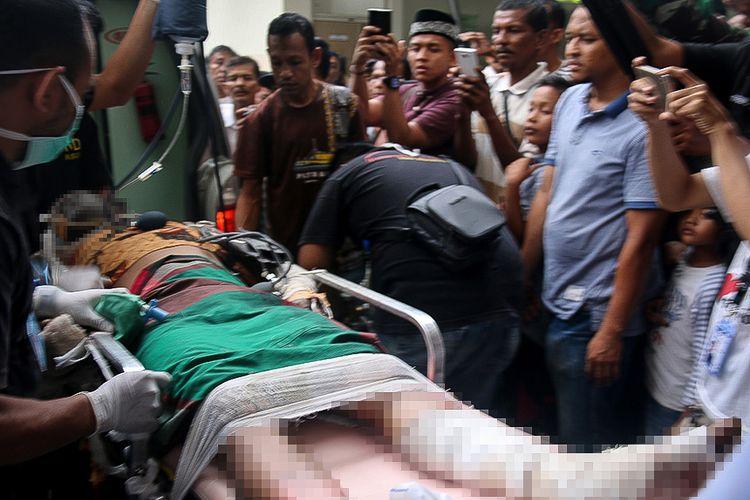 Korban ledakan sumur minyak di Desa Pasir Putih, Kecamatan Ranto Peureulak, Kabupaten Aceh Timur, dirujuk ke Rumah Sakit Umum Daerah Zoinal Abidin (RSUDZA), Banda Aceh, Rabu (25/4/2018). Puluhan orang tewas dan terluka akibat insiden meledaknya sumur minyak yang terjadi sekitar pukul 01.30 tersebut.