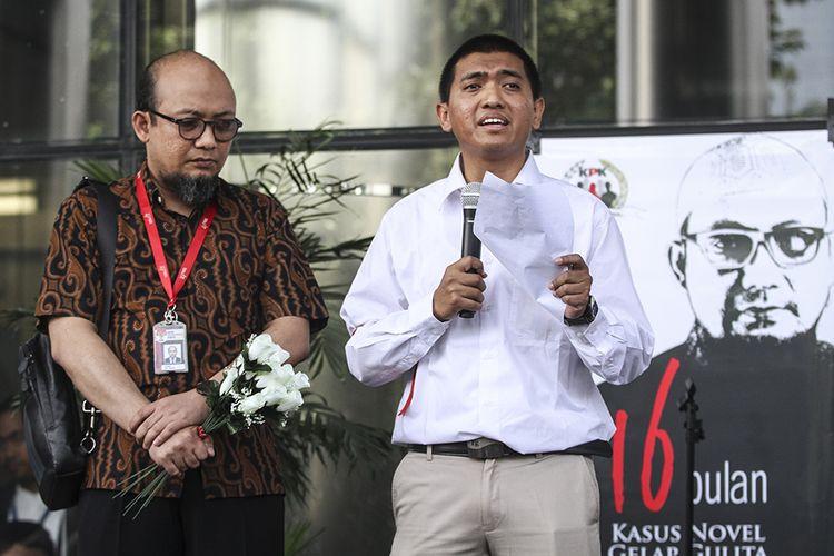 Ketua Wadah Pegawai Komisi Pemberantasan Korupsi (KPK) Yudi Purnomo (kanan) bersama Penyidik senior KPK Novel Baswedan (kiri) membacakan surat terbuka untuk Presiden Joko Widodo saat acara penyambutan Novel kembali aktif bekerja, di pelataran Gedung KPK, Jakarta, Jumat (27/7/2018). Kegiatan itu sekaligus diselenggarakan untuk memperingati 16 bulan kasus penyerangan Novel Baswedan yang belum menunjukkan titik terang.