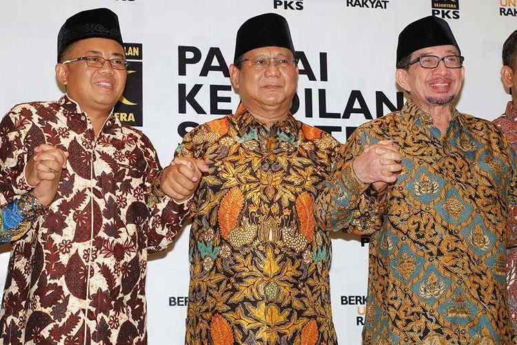 Ketua Umum Partai Gerindra Prabowo Subianto (tengah) bergandengan tangan dengan Presiden PKS Sohibul Iman (kiri) dan Ketua Majelis Syuro PKS Salim Segaf Aljufri seusai melakukan pertemuan di DPP PKS, Jakarta, Senin (30/7/2018). Pertemuan tersebut untuk membahas hasil dari penyampaian Ijtima Ulama dan Tokoh Nasional yang menunjuk Prabowo Subianto sebagai Calon Presiden 2019 serta Ketua Majelis Syuro PKS Salim Segaf Aljufri dan Ustaz Abdul Somad sebagai Cawapres.