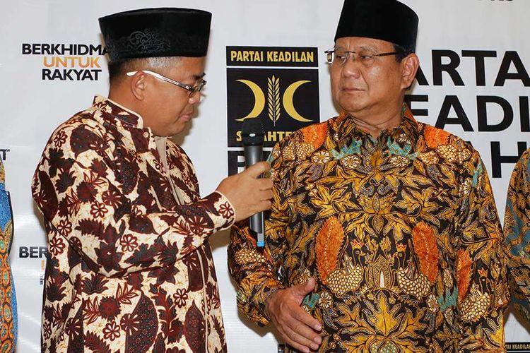 Presiden PKS Sohibul Iman (kiri) bersama Ketua Umum Partai Gerindra Prabowo Subianto memberikan keterangan pers seusai melakukan pertemuan di DPP PKS, Jakarta, Senin (30/7/2018). Pertemuan tersebut untuk membahas hasil dari penyampaian Ijtima Ulama dan Tokoh Nasional yang menunjuk Prabowo Subianto sebagai Calon Presiden 2019 serta Ketua Majelis Syuro PKS Salim Segaf Aljufri dan Ustaz Abdul Somad sebagai Cawapres.