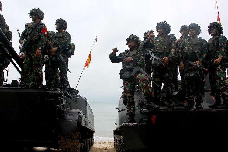Pasukan Marinir saat operasi melumpuhkan lawan dan menduduki Pulau Tanjung Todak, Dabo Singkep, Kabupaten Lingga, Kepri, dalam latihan Gladi Tugas Tempur (Glagaspur) tingkat III, Kamis (2/8/2018). Sebanyak 1.210 personel TNI AL yang tergabung dalam beberapa kesatuan mengikuti latihan Glagaspur III dalam meningkatkan kesiapsiagaan personel dan alutsista Koarmada I serta mengukur kemampuan Satuan Tugas Koarmada I dalam mendukung tugas TNI AL meminimalisasi ancaman dari laut.