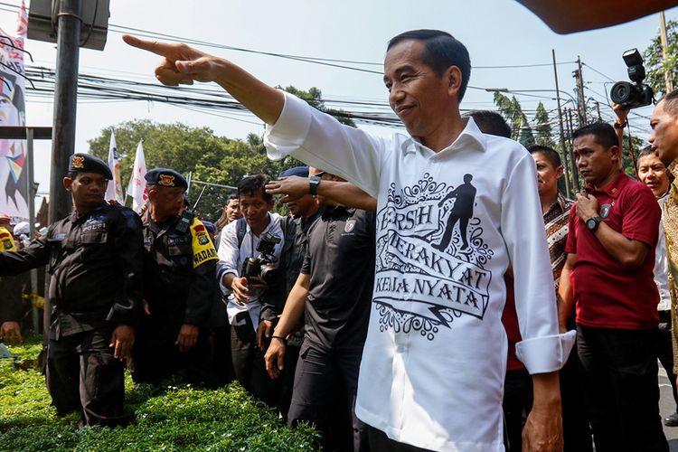 Presiden RI Joko Widodo usai mendaftar sebagai calon presiden di Kantor KPU, Jakarta, Jumat (10/8). Pasangan Joko Widodo-Maruf Amin yang diusung sembilan partai politik secara resmi mendaftar sebagai calon presiden dan wakil presiden tahun 2019-2024.