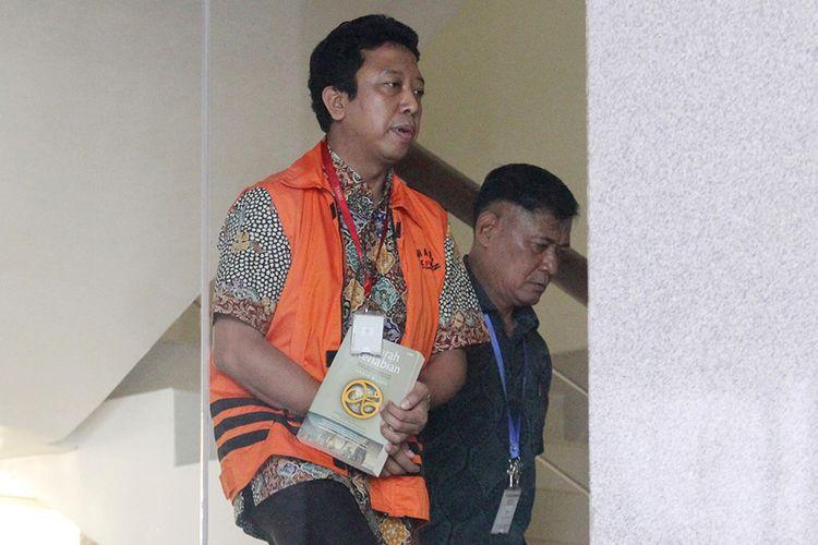 Anggota DPR Fraksi PPP nonaktif  Romahurmuziy  berjalan saat akan menjalani pemeriksaan di Gedung KPK, Jakarta, Jumat (22/3/2019). Romahurmuziy diperiksa perdana sebagai tersangka terkait  kasus dugaan suap terkait seleksi pengisian jabatan di Kementerian Agama.