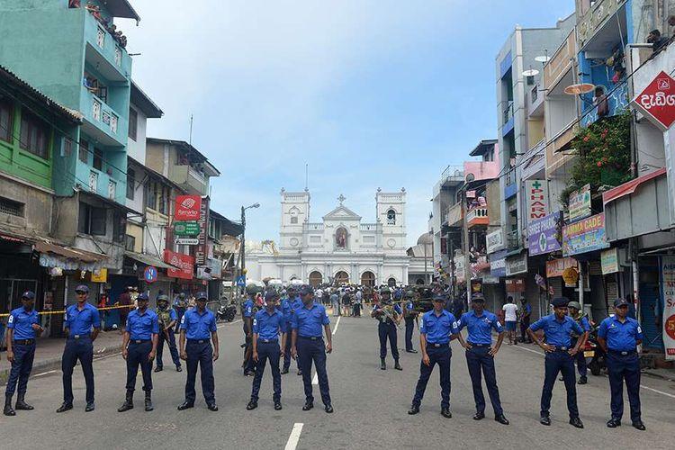 Petugas melakukan penjagaan pasca-ledakan yang menimpa Gereja St Anthony di Kochchikade, Kolombo, Minggu (21/4/2019). Jumlah korban tewas dalam ledakan yang menimpa sejumlah gereja dan hotel di Sri Lanka sudah mencapai 52 orang, belum dipastikan penyebab dan pelaku peledakan tersebut.