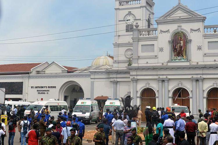Sejumlah mobil ambulans berada di luar gereja pasca-ledakan yang menimpa Gereja St Anthony di Kochchikade, Kolombo, Minggu (21/4/2019). Jumlah korban tewas dalam ledakan yang menimpa sejumlah gereja dan hotel di Sri Lanka sudah mencapai 52 orang, belum dipastikan penyebab dan pelaku peledakan tersebut.