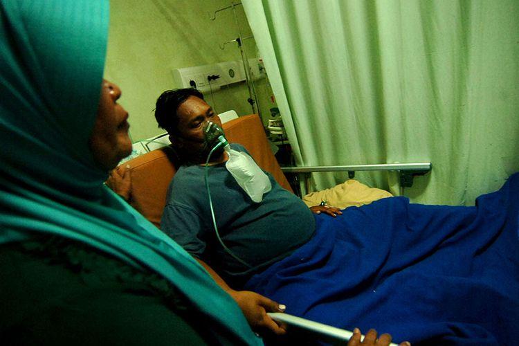 Anggota KPPS Wahyu Army menjalani perawatan di Rumah Sakit PKU Muhammadiyah, Singkil, Kabupaten Tegal, Jawa Tengah, Selasa (23/4/2019). Menurut pihak rumah sakit, Wahyu Army mengalami sesak napas karena diduga kelelahan saat menjadi anggota KPPS di TPS 05 Desa Purwodadi Desa Tonjong, Brebes.